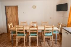 Kuchyň s masivním dřevěným stolem