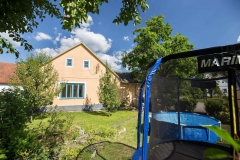 Oplocená zahrada s bazénem a trampolínou