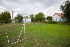 Fotbalové hřiště na vedlejší louce, velká plocha na hraní.